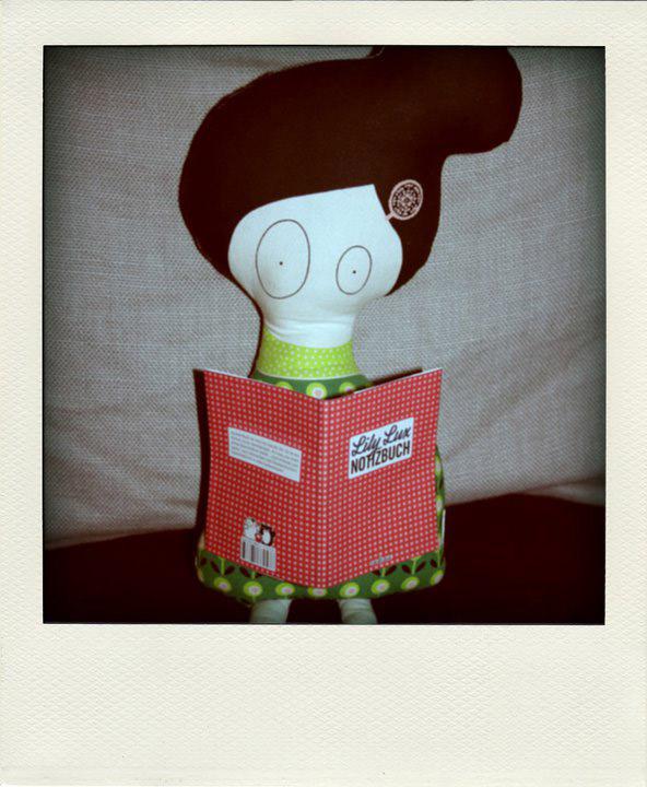 Foto von Miss Moo mit Lily Lux Notizbuch